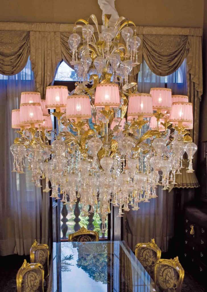 lampadario-rosa-controllo-qualita-lampadari-lusso-artigianali-artistici-italiani-design-classici-eleganti-personalizzati-decorativi-illuminazione-vetro-murano