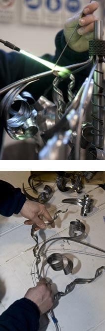 lavorazione-metallo-lampadari-lusso-artigianali-artistici-italiani-design-classici-eleganti-personalizzati-decorativi-illuminazione-vetro-murano