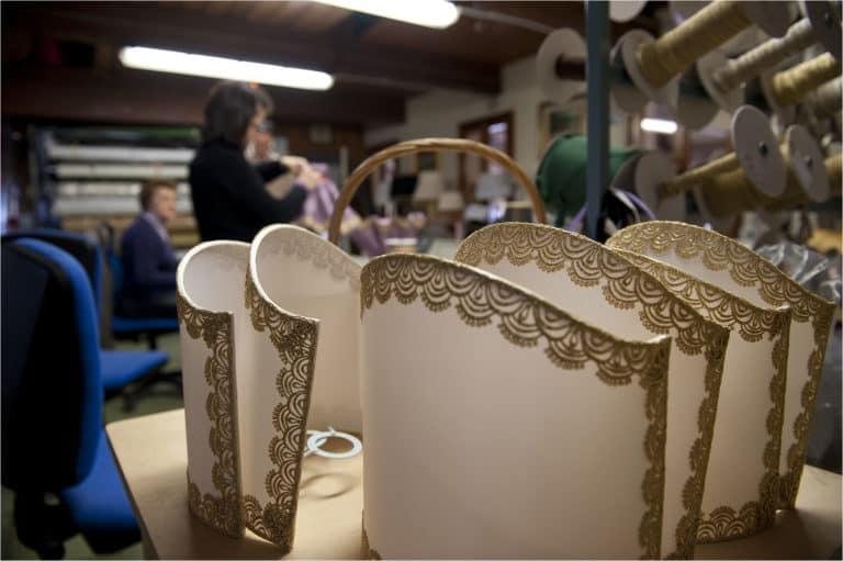 paralume-in-lavorazione-lampadari-lusso-artigianali-artistici-italiani-design-classici-eleganti-personalizzati-decorativi-illuminazione-vetro-murano