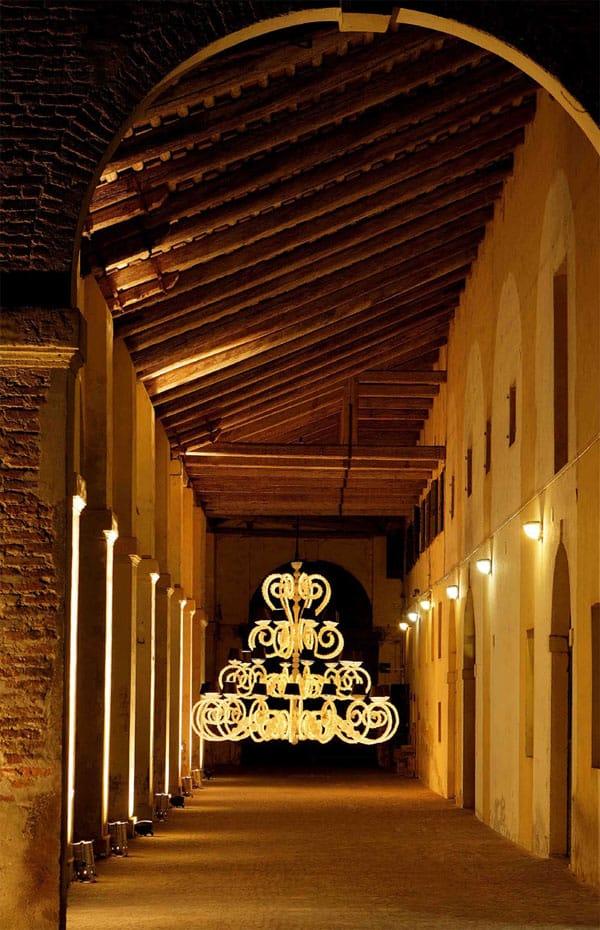 portico-illuminato-lampadari-lusso-artigianali-artistici-italiani-design-classici-eleganti-personalizzati-decorativi-illuminazione-vetro-murano