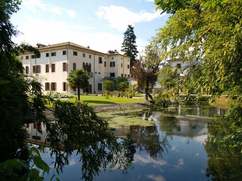 Villa-Wollemborg-loreggia-Padua-Venice-luxury-chandeliers-italian-handmade-murano-glass-chandelier-elegant-design-classic-decorative-taylor-made-high-end-lighting-brands